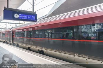Künstler Abreise nach Seefeld - Hauptbahnhof, Wien - Do 11.06.2020 - ÖBB Railjet RJX564 und Wagon 26 mit den Künstlern bei der Abfa47