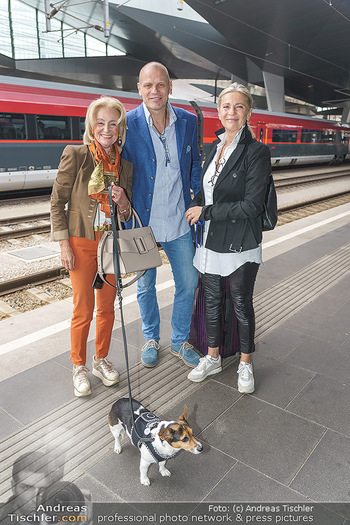 Werbeshooting für Festspielprogramm - Theaterpark Berndorf - Sa 13.06.2020 - Bo SKOVHUS mit Ehefrau Ingrid, Elisabeth GÜRTLER mit Hund Ella16