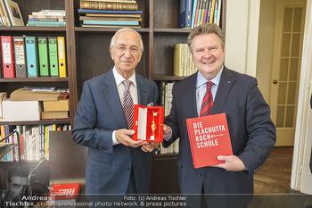 Ewald Plachutta Geburtstag - Brandstätter Verlag, Wien - Mo 15.06.2020 - Michael LUDWIG überreicht goldenen Rathausmann an Ewald PLACHUT1