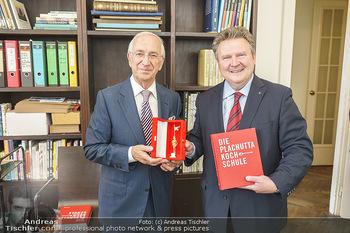Ewald Plachutta Geburtstag - Brandstätter Verlag, Wien - Mo 15.06.2020 - Michael LUDWIG überreicht goldenen Rathausmann an Ewald PLACHUT6