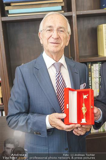 Ewald Plachutta Geburtstag - Brandstätter Verlag, Wien - Mo 15.06.2020 - Ewald PLACHUTTA mit Goldenen Rathausmann7