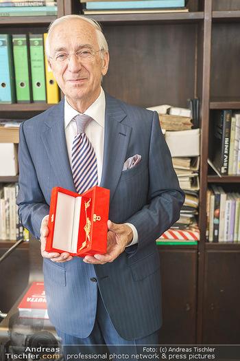 Ewald Plachutta Geburtstag - Brandstätter Verlag, Wien - Mo 15.06.2020 - Ewald PLACHUTTA mit Goldenen Rathausmann12