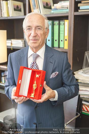 Ewald Plachutta Geburtstag - Brandstätter Verlag, Wien - Mo 15.06.2020 - Ewald PLACHUTTA mit Goldenen Rathausmann14