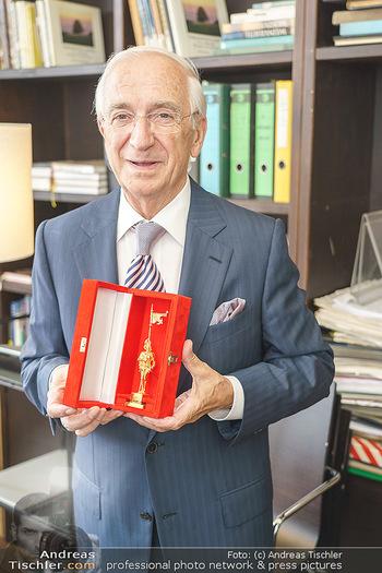 Ewald Plachutta Geburtstag - Brandstätter Verlag, Wien - Mo 15.06.2020 - Ewald PLACHUTTA mit Goldenen Rathausmann15