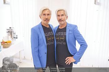 Botox Boys auf Beautytour - Privatklinik Worseg und John Harris - Di 16.06.2020 - BOTOX-BOYS (Botoxboys, Wess brothers) Arnold und Oskar WESS vor 4