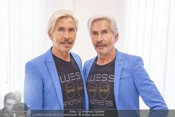 Botox Boys auf Beautytour - Privatklinik Worseg und John Harris - Di 16.06.2020 - BOTOX-BOYS (Botoxboys, Wess brothers) Arnold und Oskar WESS vor 5