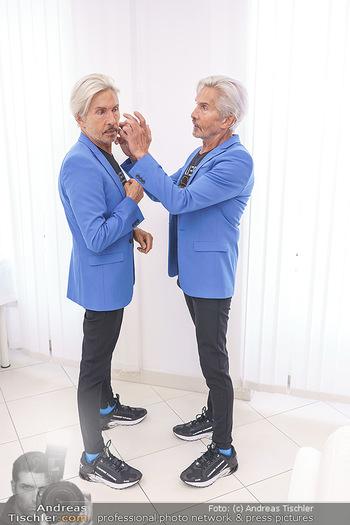 Botox Boys auf Beautytour - Privatklinik Worseg und John Harris - Di 16.06.2020 - BOTOX-BOYS (Botoxboys, Wess brothers) Arnold und Oskar WESS vor 10