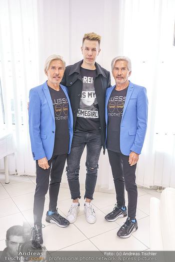 Botox Boys auf Beautytour - Privatklinik Worseg und John Harris - Di 16.06.2020 - BOTOX-BOYS (Botoxboys, Wess brothers) Arnold (mit Sohn Florian) 14