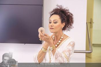 Botox Boys auf Beautytour - Privatklinik Worseg und John Harris - Di 16.06.2020 - Christina LUGNER mit Schminkspiegel54