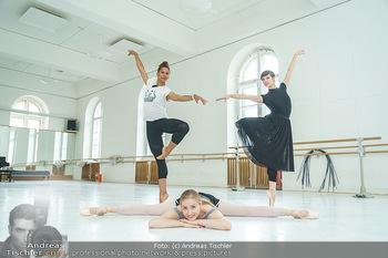 Staatsopernballett beim Training - Wiener Staatsoper - Fr 19.06.2020 - Rebecca HORNER, Olga ESINA, Maria YAKOVLEVA1