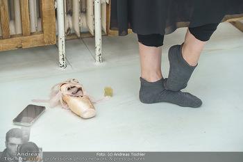 Staatsopernballett beim Training - Wiener Staatsoper - Fr 19.06.2020 - vor dem Trainingsstart in Socken, Ballettschuhe, Handy5