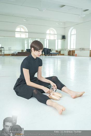 Staatsopernballett beim Training - Wiener Staatsoper - Fr 19.06.2020 - Maria YAKOVLEVA zieht sich die Ballettschuhe an7
