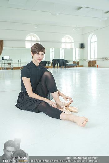 Staatsopernballett beim Training - Wiener Staatsoper - Fr 19.06.2020 - Maria YAKOVLEVA zieht sich die Ballettschuhe an8