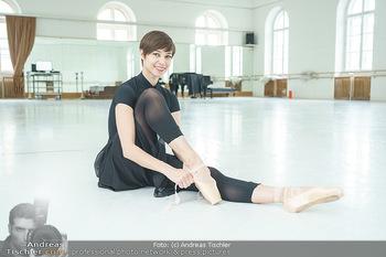 Staatsopernballett beim Training - Wiener Staatsoper - Fr 19.06.2020 - Maria YAKOVLEVA zieht sich die Ballettschuhe an9