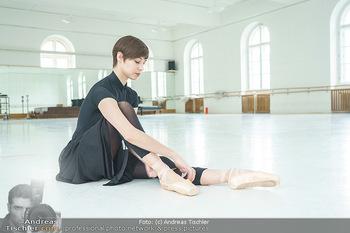 Staatsopernballett beim Training - Wiener Staatsoper - Fr 19.06.2020 - Maria YAKOVLEVA zieht sich die Ballettschuhe an10