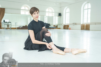 Staatsopernballett beim Training - Wiener Staatsoper - Fr 19.06.2020 - Maria YAKOVLEVA zieht sich die Ballettschuhe an11