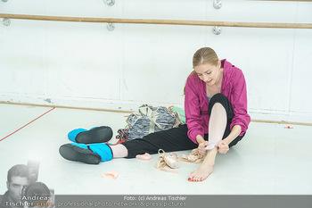 Staatsopernballett beim Training - Wiener Staatsoper - Fr 19.06.2020 - Olga ESINA zieht sich ihre Ballettschuhe an26