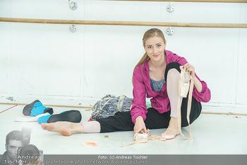 Staatsopernballett beim Training - Wiener Staatsoper - Fr 19.06.2020 - Olga ESINA zieht sich ihre Ballettschuhe an27
