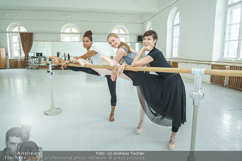 Staatsopernballett beim Training - Wiener Staatsoper - Fr 19.06.2020 - Rebecca HORNER, Olga ESINA, Maria YAKOVLEVA35