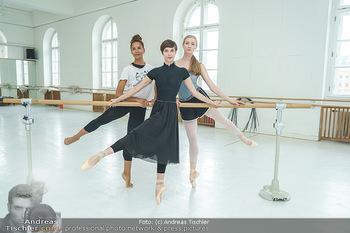Staatsopernballett beim Training - Wiener Staatsoper - Fr 19.06.2020 - Rebecca HORNER, Olga ESINA, Maria YAKOVLEVA36