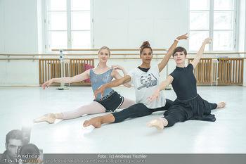 Staatsopernballett beim Training - Wiener Staatsoper - Fr 19.06.2020 - Rebecca HORNER, Olga ESINA, Maria YAKOVLEVA41