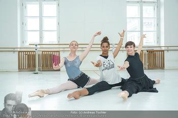Staatsopernballett beim Training - Wiener Staatsoper - Fr 19.06.2020 - Rebecca HORNER, Olga ESINA, Maria YAKOVLEVA42