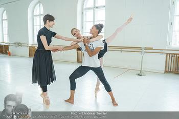 Staatsopernballett beim Training - Wiener Staatsoper - Fr 19.06.2020 - Rebecca HORNER, Olga ESINA, Maria YAKOVLEVA44