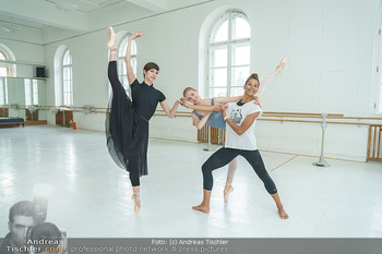 Staatsopernballett beim Training - Wiener Staatsoper - Fr 19.06.2020 - Rebecca HORNER, Olga ESINA, Maria YAKOVLEVA45