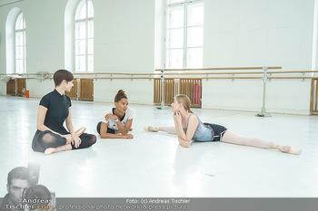 Staatsopernballett beim Training - Wiener Staatsoper - Fr 19.06.2020 - Rebecca HORNER, Olga ESINA, Maria YAKOVLEVA47