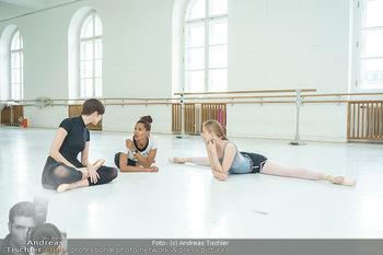 Staatsopernballett beim Training - Wiener Staatsoper - Fr 19.06.2020 - Rebecca HORNER, Olga ESINA, Maria YAKOVLEVA48