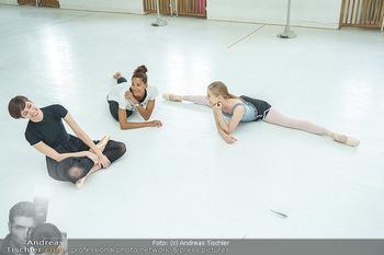 Staatsopernballett beim Training - Wiener Staatsoper - Fr 19.06.2020 - Rebecca HORNER, Olga ESINA, Maria YAKOVLEVA49