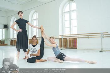 Staatsopernballett beim Training - Wiener Staatsoper - Fr 19.06.2020 - Rebecca HORNER, Olga ESINA, Maria YAKOVLEVA51