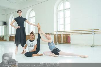 Staatsopernballett beim Training - Wiener Staatsoper - Fr 19.06.2020 - Rebecca HORNER, Olga ESINA, Maria YAKOVLEVA52