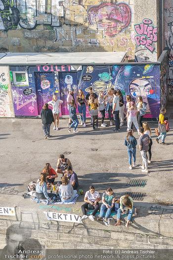 Liebesg´schichten und Heiratssachen - MS Blue Danube, Wien - Mi 24.06.2020 - Menschen genießen die Abendsonne am Donaukanal, Menschenansamml45