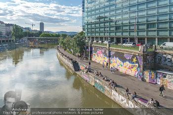 Liebesg´schichten und Heiratssachen - MS Blue Danube, Wien - Mi 24.06.2020 - Menschen genießen die Abendsonne am Donaukanal, Menschenansamml46