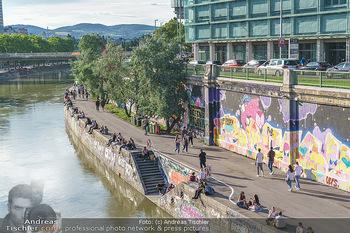 Liebesg´schichten und Heiratssachen - MS Blue Danube, Wien - Mi 24.06.2020 - Menschen genießen die Abendsonne am Donaukanal, Menschenansamml47