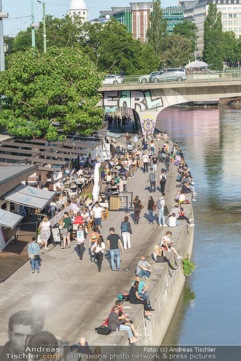 Liebesg´schichten und Heiratssachen - MS Blue Danube, Wien - Mi 24.06.2020 - Menschen genießen die Abendsonne am Donaukanal, Menschenansamml49