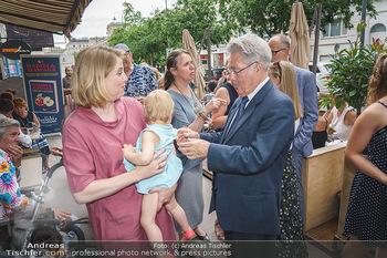 Kochbuchpräsentation - Habibi & Hawara - Do 02.07.2020 - Beate MEINL-REISINGER mit 3. Tochter Baby, Heinz FISCHER14
