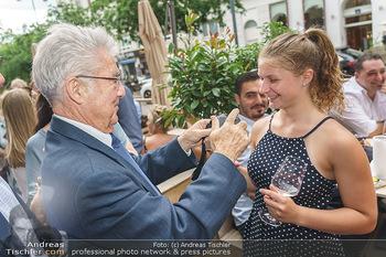 Kochbuchpräsentation - Habibi & Hawara - Do 02.07.2020 - Heinz FISCHER fotografiert eine junge Dame17
