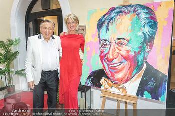 Lugner Gemälde - Galerie Steiner - Do 23.07.2020 - Richard LUGNER mit Karin Zebra KARRER vor seinem Portrait Gemäl1