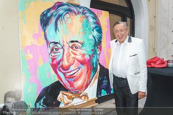 Lugner Gemälde - Galerie Steiner - Do 23.07.2020 - Richard LUGNER vor seinem Portrait Gemälde20