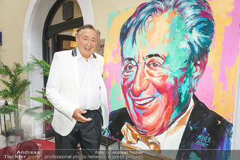 Lugner Gemälde - Galerie Steiner - Do 23.07.2020 - Richard LUGNER vor seinem Portrait Gemälde22