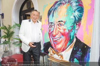 Lugner Gemälde - Galerie Steiner - Do 23.07.2020 - Richard LUGNER vor seinem Portrait Gemälde23