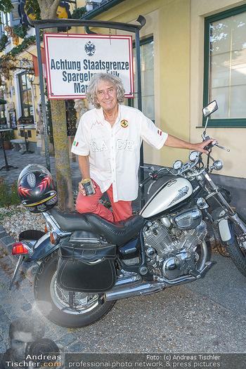 Andy Lee Lang Geburtstag - Marchfelderhof - Mo 27.07.2020 - Toni REI bei seinem Motorrad6