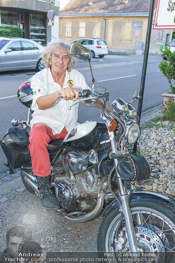 Andy Lee Lang Geburtstag - Marchfelderhof - Mo 27.07.2020 - Toni REI bei seinem Motorrad7
