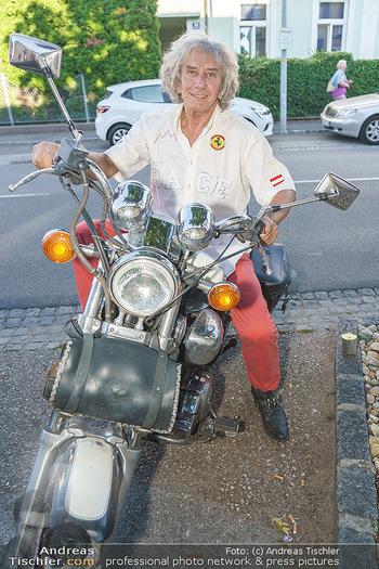 Andy Lee Lang Geburtstag - Marchfelderhof - Mo 27.07.2020 - Toni REI bei seinem Motorrad8