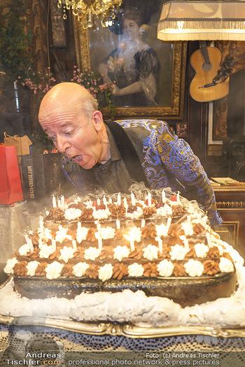 Andy Lee Lang Geburtstag - Marchfelderhof - Mo 27.07.2020 - Andy LEE LANG beim Ausblasen der Kerzen auf seiner Geburtstagsto94
