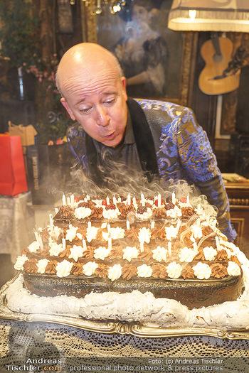 Andy Lee Lang Geburtstag - Marchfelderhof - Mo 27.07.2020 - Andy LEE LANG beim Ausblasen der Kerzen auf seiner Geburtstagsto95