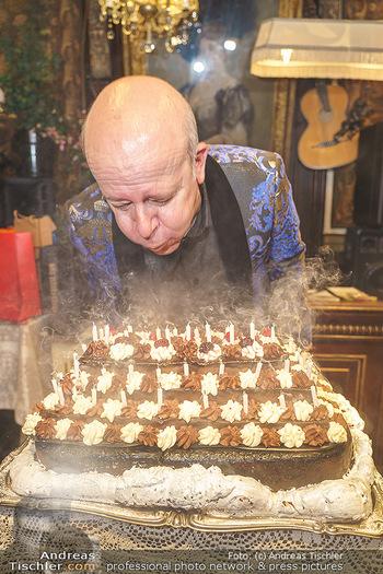 Andy Lee Lang Geburtstag - Marchfelderhof - Mo 27.07.2020 - Andy LEE LANG beim Ausblasen der Kerzen auf seiner Geburtstagsto96