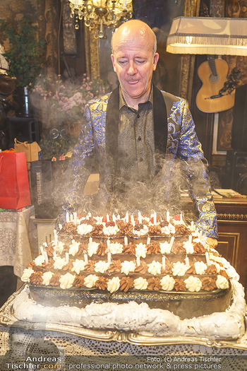 Andy Lee Lang Geburtstag - Marchfelderhof - Mo 27.07.2020 - Andy LEE LANG beim Ausblasen der Kerzen auf seiner Geburtstagsto97